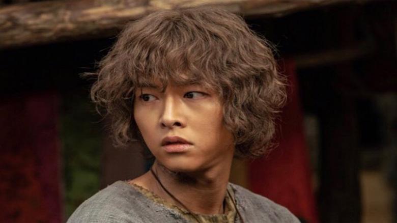 """Photo of Terungkap bahwa Song Joong Ki memiliki saudara kembar di """"Arthdal Chronicles"""""""